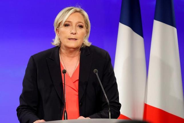 5月7日、仏大統領選挙決選投票での敗北が確実な情勢となった極右・国民戦線(FN)のマリーヌ・ルペン氏は、党を刷新する方針を示した(2017年 ロイター/Charles Platiau)