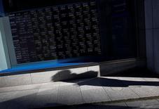 L'euro a franchi le seuil de 1,10 dollar pour la première fois en six mois sur les marchés asiatiques et les actifs risqués devraient poursuivre leur rallye à l'ouverture en Europe après l'élection d'Emmanuel Macron à la présidence de la République française, estiment économistes et gérants. /Photo d'archives/REUTERS/Issei Kato