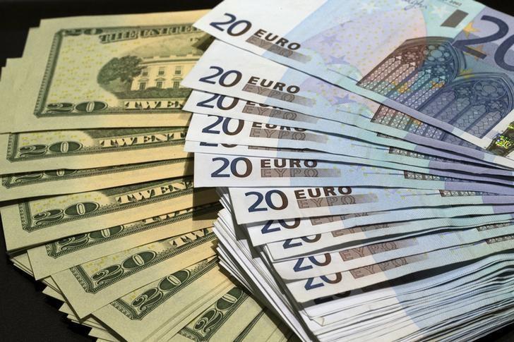 资料图片:2014年10月,法国巴黎,美元和欧元纸币。REUTERS/Philippe Wojazer