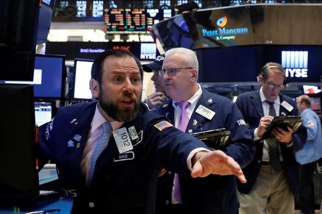 5月8日から始まる週の米株式市場は、メーシーズなど小売り企業の決算が材料だ。アマゾン・ドットコムなどのネット通販の浸透に、実店舗がどう対抗しているかが注目される。ニューヨーク証券取引所で4日撮影(2017年 ロイター/Brendan McDermid)