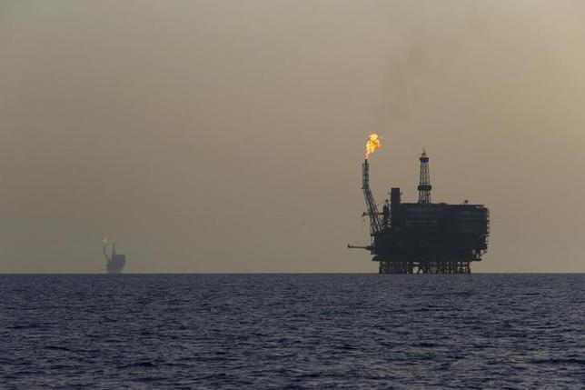 5月8日、原油先物は、上昇している。石油輸出国機構(OPEC)と主要産油国の協調減産が6月末以降も延長されるとの観測が高まっていることが背景。写真はリビア沖のボウリ油田。2015年8月撮影(2017年 ロイター/Darrin Zammit Lupi)
