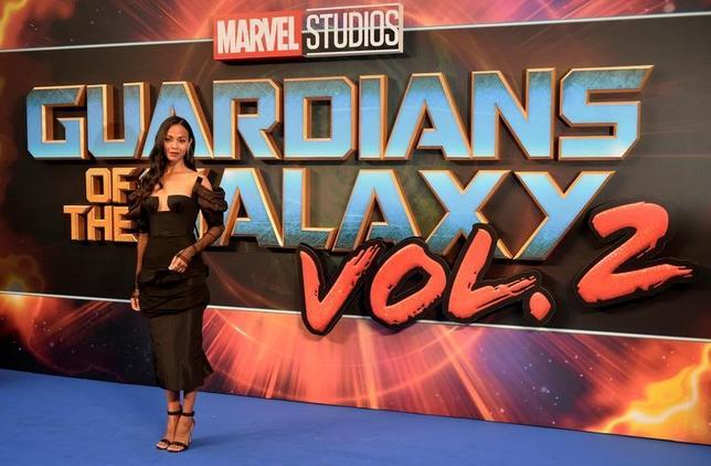 5月6日、週末の北米映画興行収入ランキングは、「ガーディアンズ・オブ・ギャラクシー:リミックス」が初登場首位に。写真は4月、ロンドンで開催されたプレミア上映会に姿を見せたゾーイ・サルダナ(2017年 ロイター/Hannah McKay)