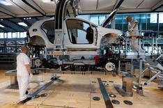 Los pedidos industriales alemanes subieron en marzo en línea con lo previsto, según mostraron los datos el lunes, sugiriendo que las fábricas contribuirán al crecimiento general de la mayor economía europea en los próximos meses.   En la imagen, varios trabajadores en una línea de producción de Volkswagen en Dresde el 30 de marzo de 2017. REUTERS/Fabrizio Bensch