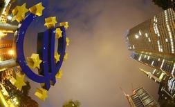 La Banque centrale européenne est près d'estimer que les risques pour la croissance s'équilibrent, s'écartant ainsi de sa position généralement plus pessimiste, mais les mesures qu'elle a déjà annoncées devront être mises en place comme convenu, a déclaré lundi Yves Mersch, membre du directoire de l'institut d'émission. /Photo d'archives/REUTERS/Kai Pfaffenbach