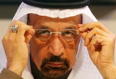 El ministro de Energía de Arabia Saudí, Khalid Al-Falih, dijo el lunes que los mercados petroleros están reequilibrándose después de años de exceso de oferta, pero cree que un acuerdo liderado por la OPEP para reducir la producción durante la primera mitad del año se extenderá a todo el 2017. Imagen de archivo de Al-Falih en la que se ajusta las gafas durante una rueda de prensa de la OPEP en Viena, el 10 de diciembre de 2016. REUTERS/Heinz-Peter Bader