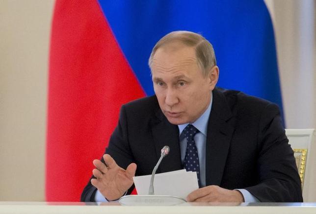 5月8日、ロシアのプーチン大統領(写真)は、フランス大統領選の決選投票で勝利したマクロン前経済相に祝電を送り、ロシアには二国間問題と国際問題に建設的に取り組む用意があると表明した。クレムリンで4日撮影(2017年 ロイター/Ivan Sekretarev)