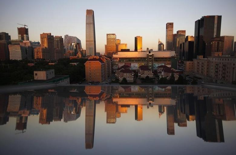 资料图片:2012年9月,北京中央商务区,暮色中的住宅楼和写字楼及其在玻璃窗上的倒影。REUTERS/David Gray