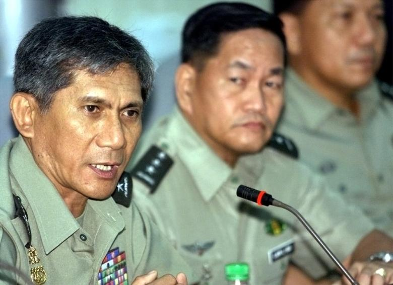 FILE PHOTO: Philippine Armed Forces Chief of Staff Roy Cimatu (L) speaks during a news conference at the military headquarters in Manila, Philippines July 5, 2002 REUTERS/Romeo Ranoco/File photo