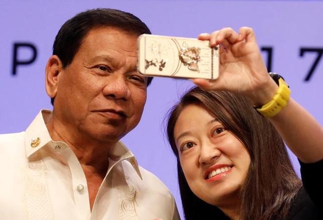 5月8日、フィリピンの世論調査で、ドゥテルテ大統領(写真左)の第1・四半期の支持率が80%に上ったことが分かった。マニラで4月撮影(2017年 ロイター/Erik De Castro)
