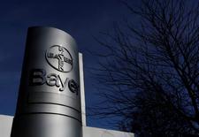 Bayer a dit lundi avoir accepté de céder son herbicide Liberty et les semences sous la marque Liberty Link afin d'obtenir le feu vert des autorités de la concurrence à son projet de fusion avec Monsanto. /Photo d'archives/REUTERS/Ina Fassbender