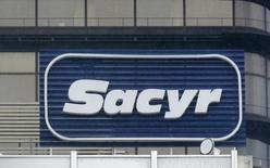 La constructora Sacyr dijo el lunes que su resultado bruto de explotación (ebitda) mejoró un 16,5 por ciento en los tres primeros meses del año hasta los 94 millones de euros gracias a la firma de nuevas concesiones, el fuerte aumento de su actividad industrial y la mejora del tráfico en varias de sus autopistas En la imagen, el logo de Sacyr en su sede en Madrid, el  4 de enero de 2014.  REUTERS/Andrea Comas