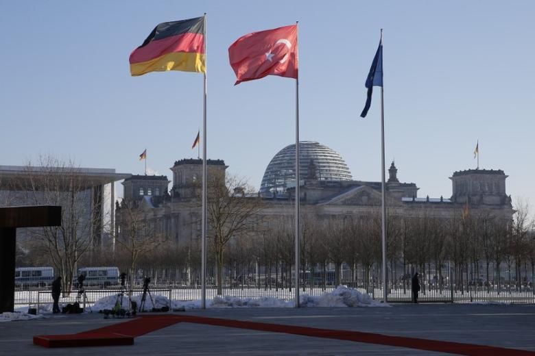 FILE PHOTO: German and Turkish flags flutter outside the Chancellery in Berlin, Germany, January 22, 2016, ahead of government consultations between German Chancellor Angela Merkel and Turkish Prime Minister Ahmet Davutoglu.  REUTERS/Fabrizio Bensch