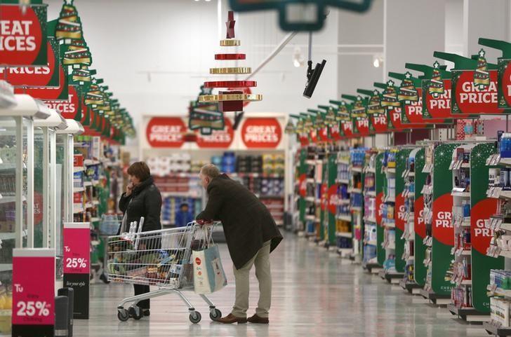 资料图片:2015年12月,伦敦,顾客在一家Sainsbury超市内购物。REUTERS/Neil Hall
