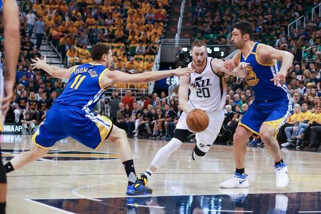 5月8日、NBAプレーオフの西カンファレンス準決勝、ウォリアーズはジャズに121─95で快勝。通算4勝0敗でカンファレンス決勝に進んだ。クレイ・トンプソン(左)は21得点(2017年 ロイター/Chris Nicoll-USA TODAY Sports)