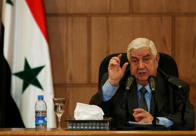 5月8日、シリアのワリード・ムアレム外相は、国内に避難民のための「安全地帯」を設けるロシアの計画について、反体制派が従うことを条件に順守する意向を示した。写真は4月、シリア・ダマスカスで行われた記者会見で撮影(2017年 ロイター/Omar Sanadiki)