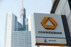 Commerzbank a annoncé mardi une hausse plus forte que prévu, de 28%, de son bénéfice trimestriel en raison notamment d'éléments favorables exceptionnels dans son unité chargée des liquidations d'actifs. La deuxième banque d'Allemagne a réalisé au premier trimestre un bénéfice net de 217 millions d'euros alors que les analystes attendaient 107 millions. /Photo d'archives/REUTERS/Ralph Orlowski