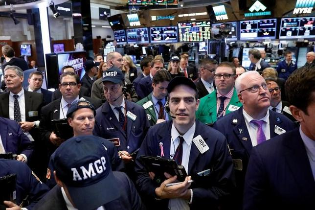 5月4日、米企業の第1・四半期業績は利益と売上高が5年ぶりの高い伸びを示し、特に工業セクターの堅調さが目立つ。写真はニューヨーク証券取引所で撮影(2017年 ロイター/Brendan McDermid)