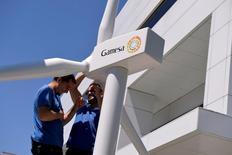 Siemens Gamesa, resultante de la fusión de la española con la división eólica de la alemana, dijo el martes que nombró como nuevo consejero delegado a Markus Tacke, ex consejero delegado de la división eólica de Siemens. En la foto, unos trabajadores quitan el modelo de una turbina de Gamesa cerca de la sede central de la compañía en Zamudio el 22 de junio de 2016. REUTERS/Vincent West
