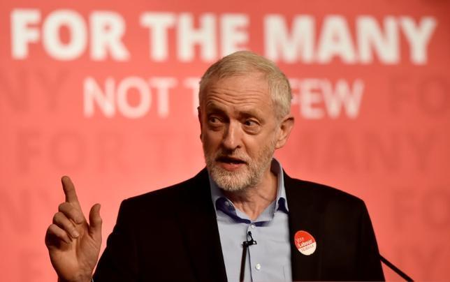 5月8日、英野党・労働党のコービン党首は、バズフィード・ニュースに対し、来月8日の総選挙で労働党が敗北しても党首を辞任しない意向を示した。 写真は選挙集会でスピーチを行う同党首。6日撮影(2017年 ロイター/Hannah Mckay)