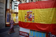 Las Comunidades Autónomas (CCAA) no han salvado del todo las consecuencias de la crisis y sus finanzas continúan presentando factores significativos de vulnerabilidad, por lo que deberían seguir conteniendo su gasto corriente, según un informe publicado el martes por el 'think tank' Fedea.     En la imagen, una mujer pasa junto a una bandera de España en el centro de Madrid en agosto de 2016, REUTERS/Andrea Comas