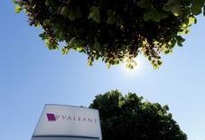 Valeant Pharmaceuticals International a relevé mardi sa prévision de bénéfice d'exploitation annuel après avoir dégagé un profit au premier trimestre, contre une perte l'an dernier, à la faveur d'un gain fiscal exceptionnel. /Photo d'archives/REUTERS/Christinne Muschi