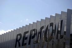 """La petrolera española Repsol reflejó el martes el apetito inversor por bonos socialmente responsables al colocar a bajo coste una emisión de 500 millones de euros en """"bonos verdes"""", la primera de una petrolera. En la imagen de archivo, el nombre de la petrolera impreso en la estructura de su sede en Madrid el 25 de febrero de 2016. REUTERS/Juan Medina"""