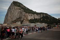 Gibraltar está preparándose para un escenario post-Brexit en el que sus firmas ya no tengan acceso al mercado de la Unión Europea, pero mantendrá una relación preferencial con Reino Unido, dijo un alto cargo financiero del Peñón el martes.  En la imagen, pasajeros en el aeropuerto de Gibraltar, el 27 de abril de 2017. REUTERS/Jon Nazca