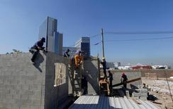 Operários constroem casas no Rio de janeiro. 17/06/2016 REUTERS/Ricardo Moraes