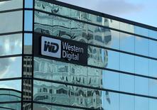 Western Digital, qui est à suivre à la Bourse de Wall Street, perd 1,3% dans les transactions en avant-Bourse. Toshiba a mis en garde le spécialiste des disques durs contre une immixtion dans le processus de vente de ses activités de semi-conducteurs et l'a menacé d'engager une procédure judiciaire en rejetant ses accusations de rupture de leur accord de coentreprise. /Photo prise le 24 janvier 2017/REUTERS/Mike Blake