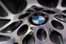 BMW portera sa capacité de production annuelle à trois millions de véhicules d'ici 2020 et compte construire son 4x4 X5 en Chine, écrit le Handelsblatt, citant des sources du constructeur automobile au fait du dossier. /Photo prise le 13 avril 2017/REUTERS/Lucas Jackson
