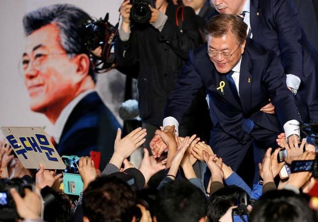 5月9日、次期韓国大統領に選出された文在寅氏(写真)は、二極化した国民を結束させて韓国にぜひとも必要な成長モデルの再構築を推進していかなければならない。ソウルで10日撮影(2017年 ロイター/Kim Kyung-Hoon)