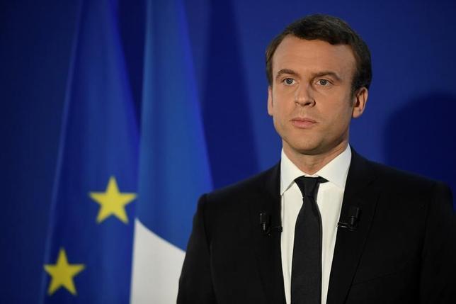 5月8日、フランス大統領選でのマクロン氏(写真)の勝利は、ユーロ圏としての共同債券発行へと向かう大きな一歩となるかもしれない。写真はパリで7日撮影(2017年 ロイター/Lionel Bonaventure)