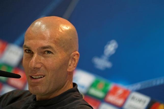 5月9日、サッカーの欧州チャンピオンズリーグは、10日に準決勝第2戦のレアル・マドリード─アトレチコ・マドリード(ともにスペイン)の試合を行う。レアルのジネディーヌ・ジダン監督が前日会見に臨んだ(2017年 ロイター/Sergio Perez)