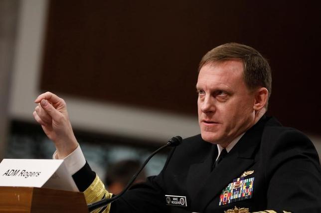 5月9日、フランス大統領選で、ロシア政府と関係があるとみられるハッカー集団が中道系独立候補のマクロン氏の形勢を悪くするため同氏の陣営を攻撃し、電子メールやその他のデータを流出させたことが、米情報当局者2人の話で明らかになった。写真は上院軍事委員会の公聴会で証言する国家安全保障局(NSA)のロジャーズ局長(2017年 ロイター/Aaron Bernstein)