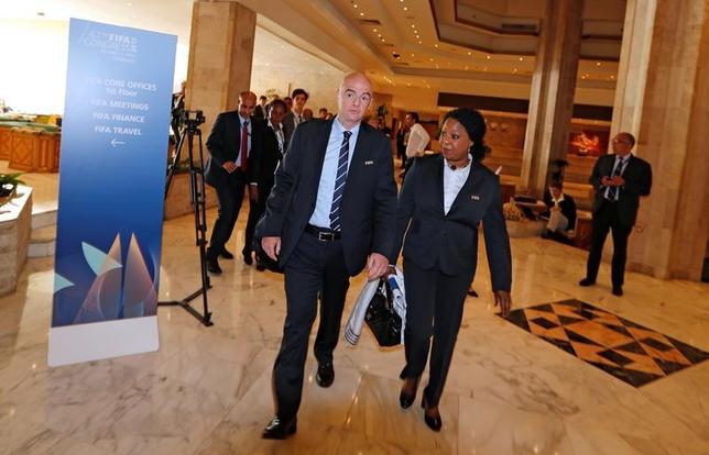 5月9日、国際サッカー連盟(FIFA)のジャンニ・インファンティノ会長(左)はバーレーンで取材に応じ、イタリア・セリエAの試合中に人種差別発言を受けたペスカラ所属のガーナ人選手サリー・ムンタリと会談する方針を明らかにした(2017年 ロイター/Hamad I Mohammed)