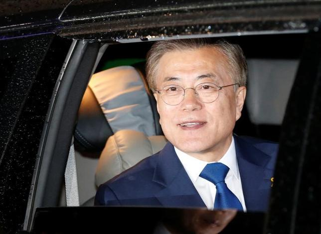 5月10日、韓国大統領に就任した文在寅氏が、李淳鎮・合同参謀本部議長と北朝鮮問題について電話で協議した。議長の報道官が明らかにした。写真はソウルで9日撮影(2017年 ロイター/Kim Kyung Hoon)