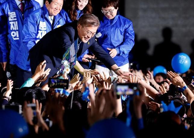 5月10日、菅義偉官房長官は午前の会見で、慰安婦問題に関する日韓合意の再交渉を掲げて大統領選に臨んだ文在寅氏(写真)が韓国大統領に就任したことに関して「日韓合意は国際社会からも高く評価されており、日韓それぞれが責任をもって実施することが極めて重要だ」との考えを示した。写真は韓国ソウルで8日撮影(2017年 ロイター/Kim Kyung-Hoon)