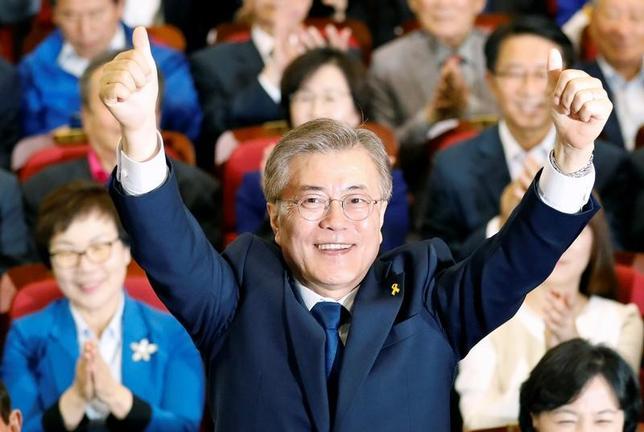5月10日、9日に実施された韓国大統領選で勝利した最大野党「共に民主党」の文在寅(ムン・ジェイン)氏(64、写真)は、就任宣誓を行った。(2017年 ロイター/Kim Hong-Ji)