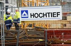 La constructora alemana Hochtief, controlada por el grupo español ACS, mejoró sus resultados de forma significativa en el primer trimestre de 2017. En la foto de archivo, trabajadores del grupo alemán Hochtief al lado de un logo de la compañía en una obra en Essen el 8 de marzo de 2016. REUTERS/Wolfgang Rattay
