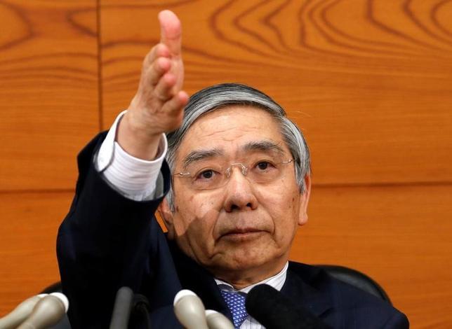 5月10日、黒田東彦日銀総裁は、都内で講演し、物価の先行きについて、期待インフレ率の動向次第では、企業の価格・賃金設定スタンスが想定よりも慎重なものにとどまるリスクがあると語った。写真は4月日銀本店で記者会見をした際のもの(2017年 ロイター/Kim Kyung-Hoon)