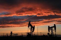 Нефтяное месторождение в Синьцзян-Уйгурском автономном районе КНР. Цены на нефть выросли на азиатских торгах среды после того, как Рейтер сообщил, что Саудовская Аравия сократит поставки в регион в рамках борьбы ОПЕК с ростом добычи в США, который может подорвать усилия организации, направленные на прекращение устойчивого перенасыщения рынка.  REUTERS/Stringer