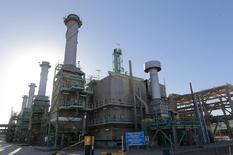 Промышленная зона в ливийском нефтяном порту Рас-эль-Ануф. Добыча нефти в Ливии приблизилась к отметке в 800.000 баррелей в сутки благодаря наращиванию производства сырья на месторождениях Шарара и Эль-Филь, сообщил Рейтер источник в нефтяной отрасли страны.   REUTERS/Esam Omran Al-Fetori