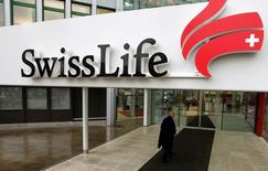 Swiss Life s'est dit mercredi confiant pour ses objectifs stratégiques 2018, après avoir annoncé une hausse de son revenu tiré des commissions, une solide performance de sa filiale spécialisée dans les placements avec les tiers, mais un repli du revenu généré par les primes. /Photo d'archives/REUTERS/Arnd Wiegmann