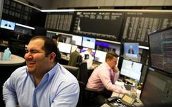 Las bolsas europeas caían en las primeras operaciones del miércoles, dejando atrás los máximos de 21 meses que se alcanzaron en la sesión anterior, lastradas por algunos resultados decepcionantes, aunque las pérdidas de los índices se vieron compensadas por las subidas del sector bancario.   REUTERS/Kai Pfaffenbach