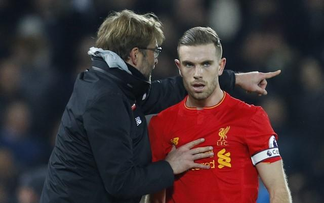 Britain Soccer Football - Liverpool v Tottenham Hotspur - Premier League - Anfield - 11/2/17 Liverpool manager Juergen Klopp speaks with Jordan Henderson  Reuters / Phil Noble Livepic