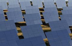 """El Tribunal Supremo español rechazó el miércoles la petición de la patronal fotovoltaica UNEF de suspender de forma cautelarísima la subasta de nueva energía renovable que se celebrará el próximo 17 de mayo.  Imagen de paneles solares fotografiados en la planta solar PS10 """"Solucar"""" en el huerto solar de Sanlucar la Mayor, cerca de Sevilla, tomada el 20 de octubre de 2010. REUTERS/Marcelo del Pozo"""