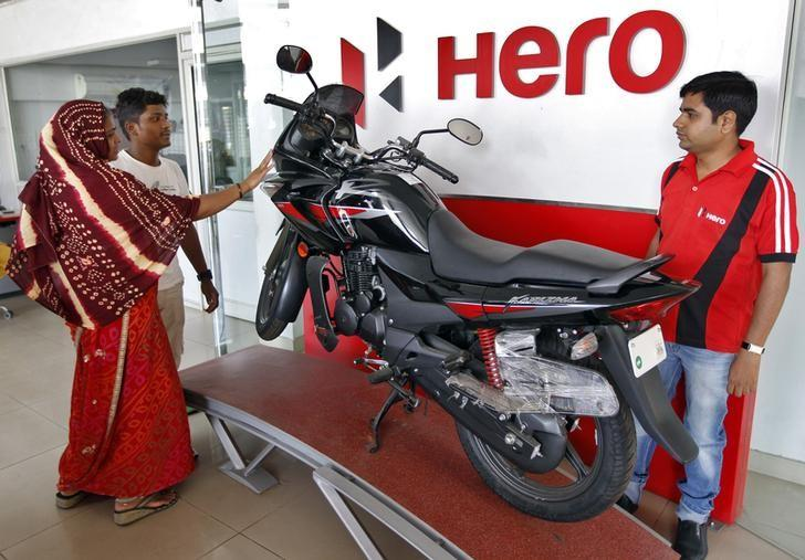 Customers look at a Hero MotoCorp Karizma motorbike at a Hero MotoCorp showroom in the western Indian city of Ahmedabad April 26, 2013. REUTERS/Amit Dave/files