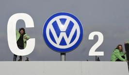 Des activistes de Greenpeace détournent le sigle du constructeur automobile allemand à son quartier général de Wolfsburg, en novembre dernier. Volkswagen a rejeté mercredi les appels de certains investisseurs lui réclamant la publication du rapport commandé par le constructeur lui-même sur le scandale des émissions polluantes de ses moteurs diesel. /Photo d'archives/REUTERS/Fabian Bimmer
