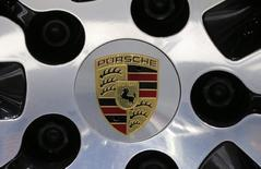 Le parquet de Stuttgart a annoncé mercredi l'ouverture d'une enquête pour manipulation de marché à la suite d'une plainte de l'autorité allemande des marchés, la BaFin, qui soupçonne des dirigeants de Porsche Automobil Holding SE, dont l'actuel président du directoire de Volkswagen, Matthias Müller. /Photo prise le 13 avril 2017/REUTERS/Lucas Jackson