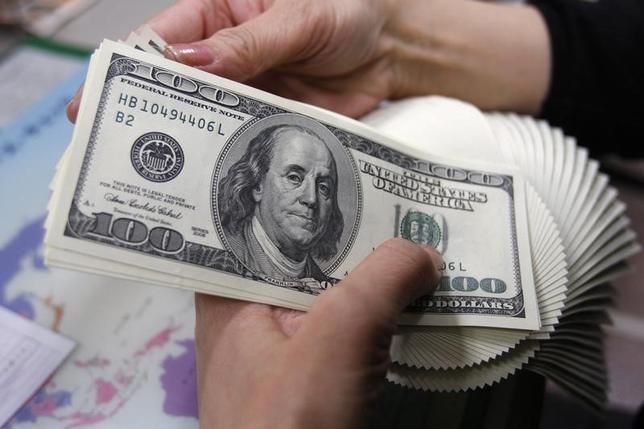 5月11日、正午のドル/円は、前日ニューヨーク市場午後5時時点と比べ、ややドル安/円高の114.15/17円だった。写真は都内で2009年11月撮影(2017年 ロイター/Yuriko Nakao)